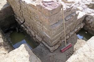 Das Fundament wurde sorgsam freigelegt. Foto: Udo Gebauhr