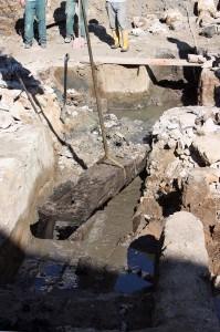 Unter dem Fundament wurde ein Stück eines mittelalterlichen Krans entdeckt. Foto: Udo Gebauhr