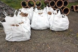 Die Steine wurden in weißen Säcken transportiert. Foto: Udo Gebauhr