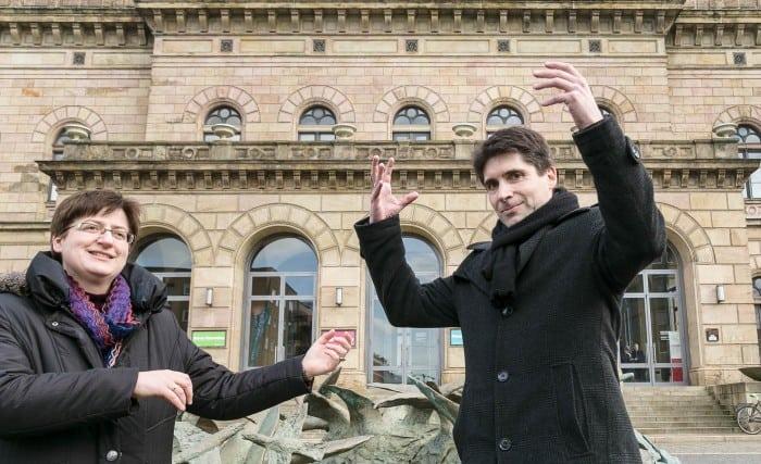 """Violinistin Gabriele Streicher und Dirigent Alexander Mottok """"üben"""" vor dem Staatstheater. Foto: Peter Sierigk"""