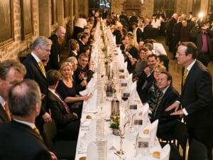 """Illustre Gäste an der langen Tafel beim """"8. Braunschweigs Stiftungs-Essen"""" in der Dornse des Altstadtrathauses. Foto: Peter Sierigk"""