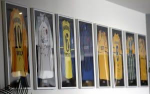 """Die """"Ahnengalerie"""" der Trikots im Businessbereich. Foto: Eintracht Braunschweig/Susanne Hübner"""
