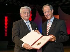 Braunschweigs Oberbürgermeister Dr. Gert Hoffmann (rechts) verlieh Franz Matthies, Präsident des Stadtsportbundes, die Sportmedaille 2014. Foto: Peter Sierigk