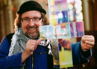 Ludger Hinse mit einem Zeichen des Lichts. Foto: St. Marienberg