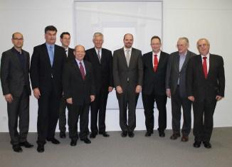Das Autorenteam mit Professor Dr. Lothar Hagebölling (vorne) und dem Vorstandsvorsitzenden der Braunschweigischen Landessparkasse (rechts daneben) und Axel Richter, Geschäftsführendes Vorstandsmitglied der STIFTUNG NORD/LB • ÖFFENTLICHE (links daneben). Foto: BLSK