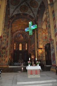 Das Kreuz hat seine Position im Kaiserdom erreicht. Foto: Ralph-Herbert Meyer