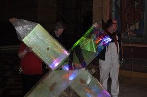 Das Kreuz aus speziellem Plexiglas wird aus der Folie gepackt. Foto: Ralph-Herbert Meyer