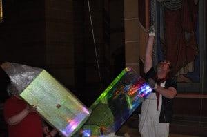 Ludger Hinse zeigt, wo das Kreuz befestigt werden soll. Foto: Ralph-Herbert Meyer