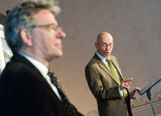 Andreas Döring (rechts) liest die Briefe von Rudolf Jahns. Foto: Theater Zeitraum