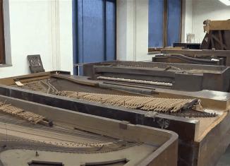 Blick in das Depot der Klaviersammlung. Screenshot: Knut Bussian (aus Video des Städtischen Museums)