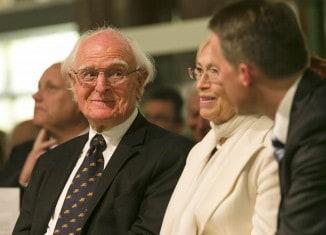Professor Dr. Hans-Ulrich Wehler (l.) mit Ehefrau Renate im Gespräch mit Cord-Friedrich Berghahn, Präsident der Lessing-Akademie. Foto: Peter Sierigk