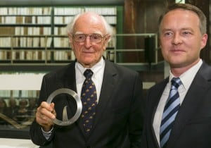 Professor Dr. Hans-Ulrich Wehler mit Preis und der Präsident der Lessing-Akademie Cord-Friedrich Berghahn (r.). Foto: Peter Sierigk