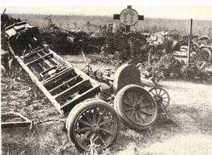 An der Westfront ein zerschossener Büssing-Lastwagen und das Grab des Kraftfahrers bei Le Pavé. Büssing-Foto: Archiv E-J Zauner
