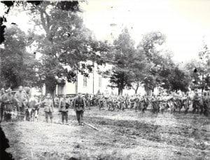 Soldaten der 20. Infanterie-Division an der Ostfront, im Hintergrund marschieren österreichische Verbündete, zu deren Unterstützung sie von der Westfront verlegt worden waren. Foto von Glasplatte Archiv E-J Zauner