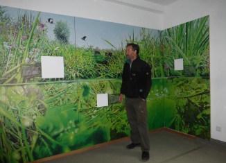 "Bernd Hoppe-Dominik, Fachberater für das Projekt ""Haus Entenfang"" in einem Ausstellungsraum. Foto: Bürgerschaft Riddagshausen"