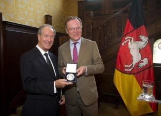 Oberbürgermeister Dr. Gert Hoffmann (links) erhielt die Landesmedaille aus den Händen von Niedersachsens Ministerpräsident Stephan Weil. Foto: Nigel Treblin