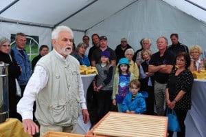 Imker Hans-Georg Picker zeigte den Besuchern den Aufbau des Bienenhauses der Stiftungen. Foto: Andreas Greiner-Napp