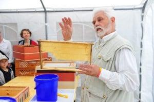 Imker Hans-Georg Picker zeigt ein Rahmen, in dem die Bienen ihre Waben bauen. Foto: Andreas Greiner-Napp