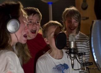 Schülerinnen und Schüler der Hauptschule Pestalozzistraße beim Einsprechen von Texten im Tonstudio. Foto: LOT-Theater