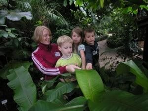 Junge Forscher lernen etwas über Pflanzen durch Berührung. Foto: TU