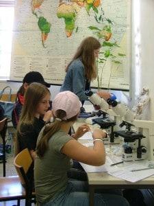 Für Bio-Fortgeschrittene: Eine Mädchengruppe arbeitet am Mikroskop. Foto: TU