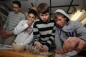 Riechen, fühlen, schmecken: Auch Jungen interessieren sich für die Pflanzenwelt. Foto: TU