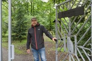 Holger Schnitt, Diplom-Geograph bei der Stadt, lädt zum Besuch des Arboretums ein. Foto: Peter Sierigk