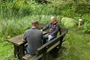 Sitzgelegenheiten, wie hier an einem Teich, laden zum Verweilen ein. Foto: Peter Sierigk