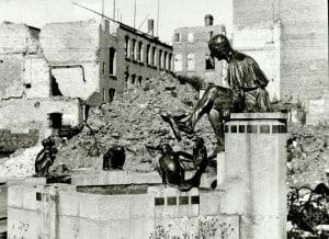 Der Eulenspiegelbrunnen im zerstörten Braunschweig 1945: Foto: Stadtarchiv.