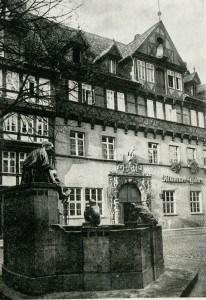 Der Eulenspiegelbrunnen um 1930 mit dem Mumme-Haus im Hintergrund. Foto: Stadtarchiv