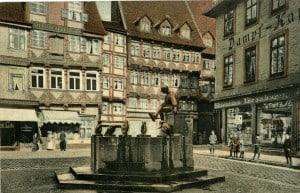 Der Eulenspiegelbrunnen auf einer kolorierten Postkarte um 1941. Foto: Stadtarchiv.