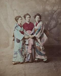 Eine Gruppe Geishas posiert für ein Foto. Foto: Städtisches Museum