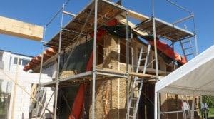 Die ersten Wände sind mit Strohballen ausgefüllt. Foto: FUN