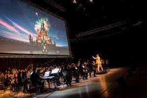 """Mit einem Filmkonzert in der VW-Halle begann das Filmfest: Zu Tim Burtons Disney-Verfilmung von """"Alice im Wunderland"""" spielte das Staatsorchester Braunschweig live die Filmmusik des Komponisten Danny Elfmann. Foto: Filmfest/Marek Kruszewski"""
