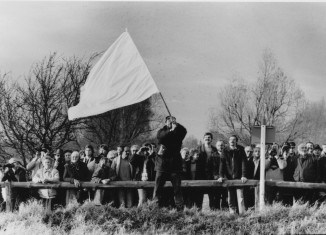 Ulli Ruess schwenkte bei Mattierzoll die weiße Fahne und forderte damit die DDR-Grenzer zur Öffnung des Zauns auf. Foto: Joachim Rosenthal / Fotoarchiv Landkreis Wolfenbüttel