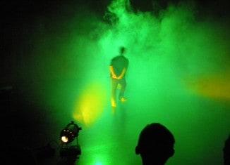 Spiel mit Licht: grell, grün, gruselig. Beim Lichttechnik Workshop. Foto: Moritz Scheuermann