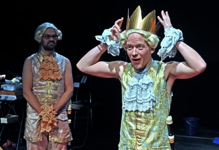 """Im Stück """"Der König bittet zum Tanz"""" versucht der Rentner Herbert Tietze die Welt zu verändern. Foto: Andreas Hartmann"""