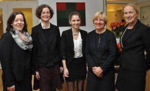Andrea Naumann (Richard Borek Stiftung), Dompredigerin Cornelia Götz, Künstlerin Chiara Novak, Petra Gottsand (Leiterin des Hospiz), Erika Borek (Vorstandsvorsitzende der Stiftung) beim Empfang (von links). Foto: Anke Meyer