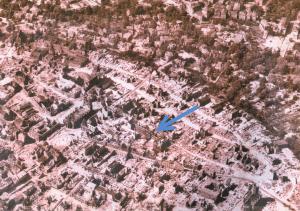 Der Pfeil zeigt auf die durch Bombenangriffe zerstörte Schule. Foto MK