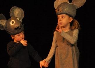 """Zwei """"Mäuse"""" von der Kita Quäker-Nachbarschaftsheim des Paritätischen Wohlfahrtsverbands während der Probe. Foto: Anke Meyer"""