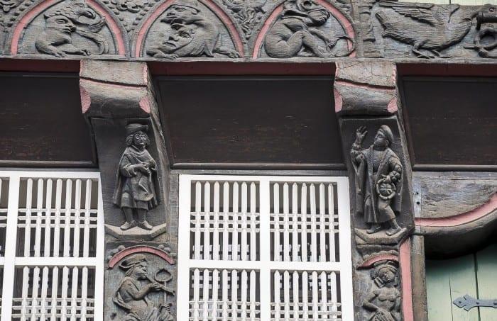 Das Huneborstelsche Haus ist reicht verziert mit Figurenfriesen. Diese beiden heißen Gläubiger (links) und Schuldner. Foto: Peter Sierigk