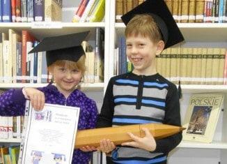 Die jungen Teilnehmer des Vorlesekurses in der Muttersprache erhalten eine Urkunde. Foto: privat