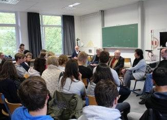 Sally Perel berichtet den Schülern, wie er den Nationalsozialismus überlebte. Foto: Neue Oberschule