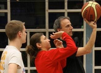 Hanna Ballhaus zeigt Alexander Grau, einer von drei Coaches der Trainerakademie, wie man beim Basketball richtig wirft. Foto: Girls Baskets Regio 38