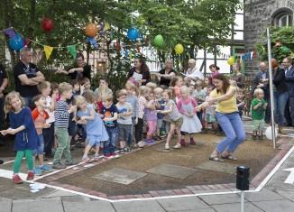 Der Verkehrsspielgarten der Kita St. Magni wurde auch mit einer tänzerischen Einlage eröffnet. Foto: Andreas Bormann