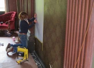 Restaurateurin Anja Stadler begutachtet die historische Bemalung im Prinzenpalais. Foto: Ulrich Thiele, TonArt