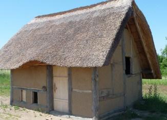 Das mittelalterliche Grubenhaus ist fertig gedeckt und verputzt. Foto: Landkreis Helmstedt