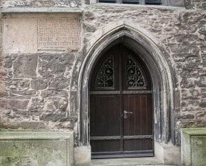 """Die """"Brauttür"""" der Pfarrkirche von St. Michaelis mit Inschrift zum Umbau 1379. Foto: Peter Sierigk"""