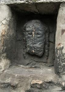 Das verwitterte Relief stellt Jesus Christus dar. Foto: Peter Sierigk