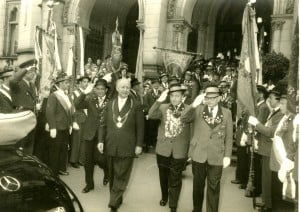Otto Bennemann als Oberbürgermeister 1956 beim Schützenumzug im Ehrenwagen. Foto: Stadtarchiv G IX 76_733